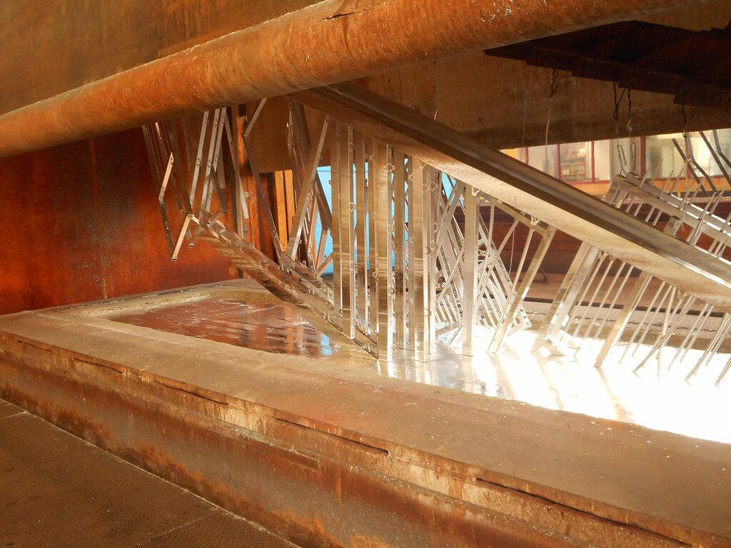 Portails à la sortie du bain de zinc